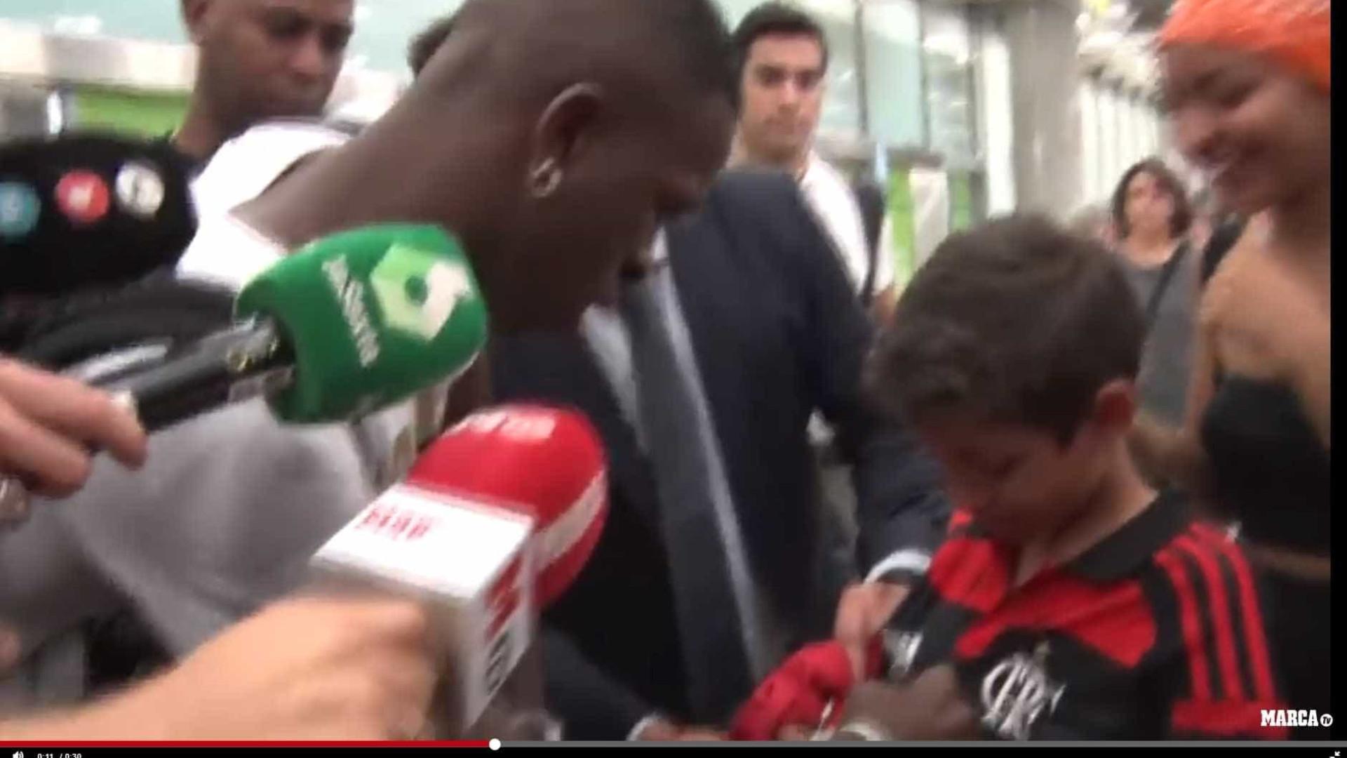 Vinícius Jr. desembarca em Madrid e é recebido por torcedores do Fla