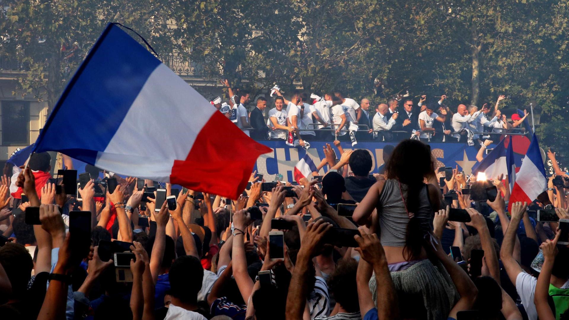 Franceses lotam ruas de Paris para receber os campeões do mundo