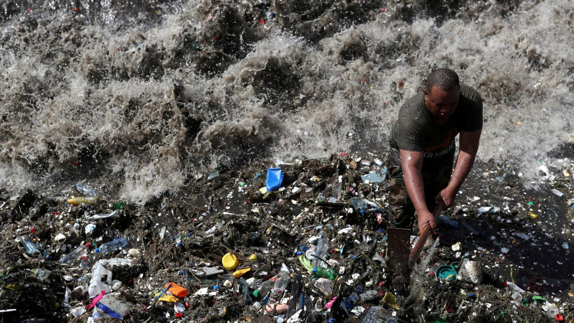 Praias paradisíacas do Caribe estão sendo invadidas pelo lixo