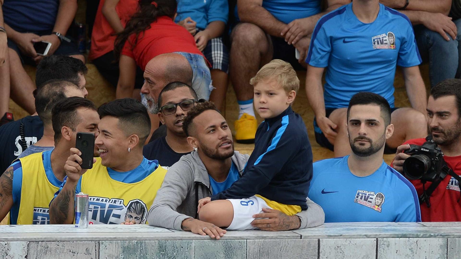 Neymar se apega ao filho e mostra 'perfil família' após Copa