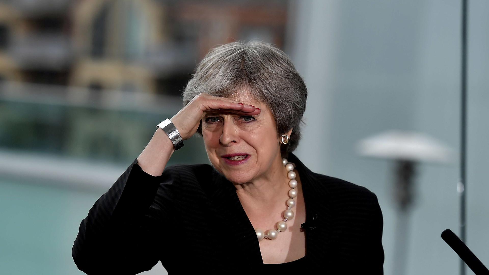 'Brexit' municia fogo amigo contra Theresa May e põe governo em xeque