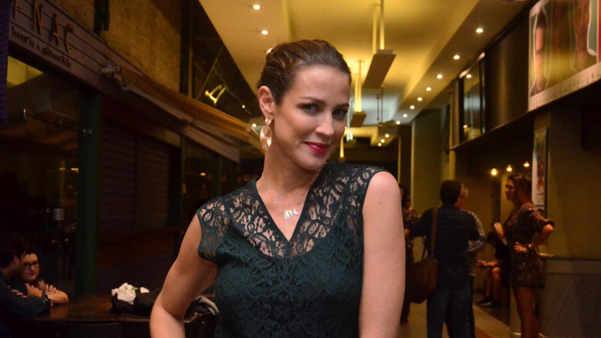 Luana Piovani polemiza com foto nua e mãos algemadas