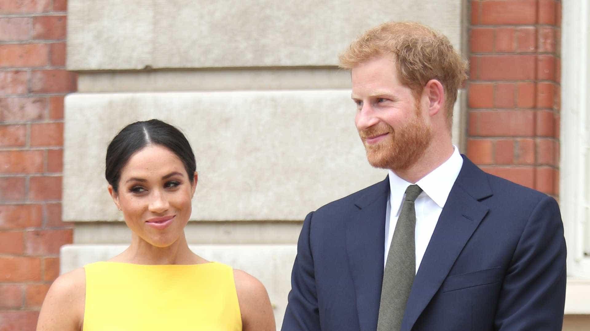 Príncipe Harry vai a casamento com a sola do sapato furada