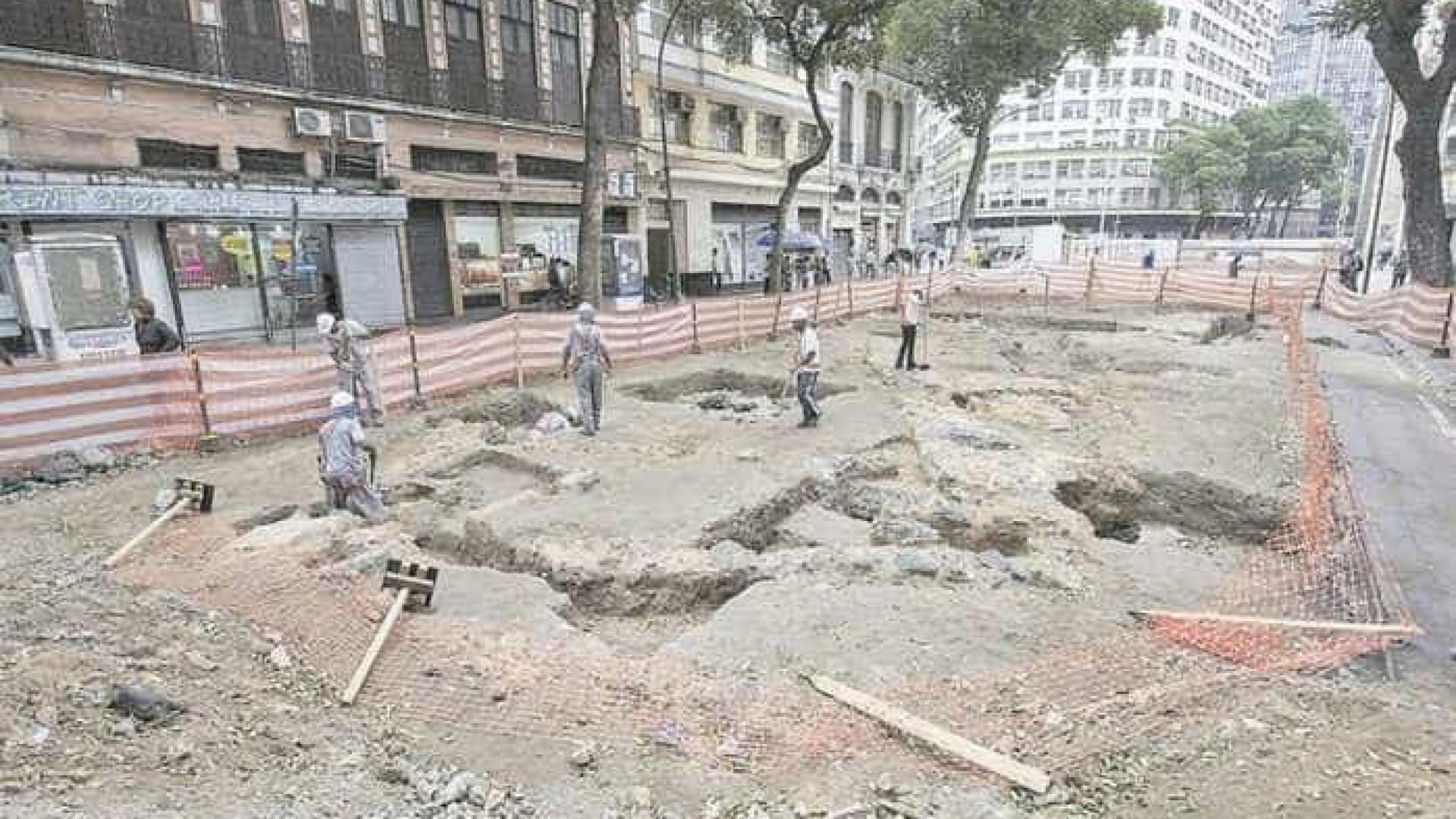 Arqueólogos encontram estrutura de loja que vendia escravos no Rio