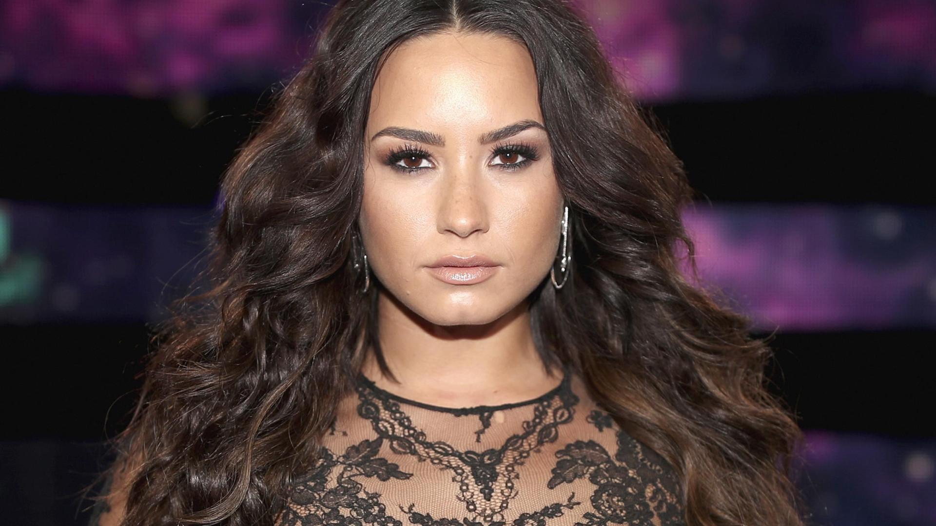 Demi Lovato deixa reabilitação para ver psiquiatra em Chicago