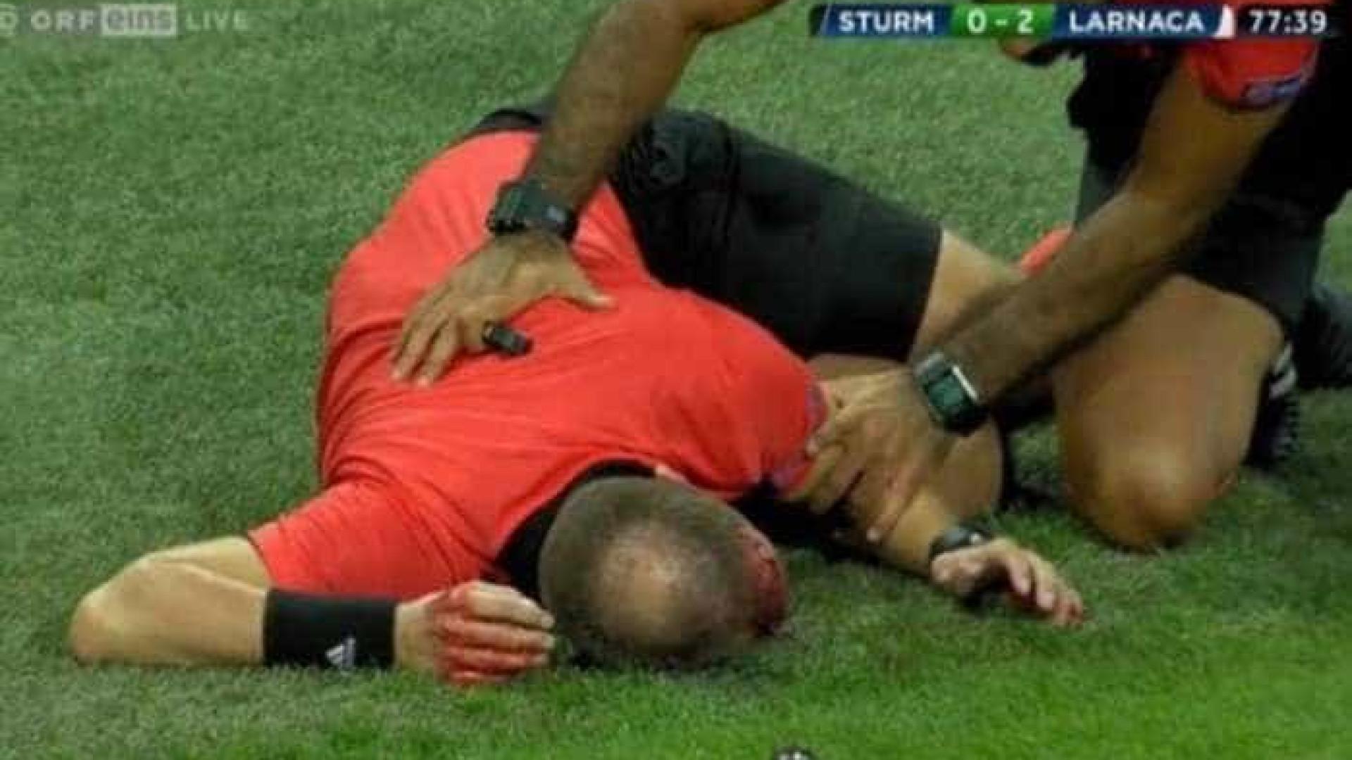 Bandeirinha é atingido por copo durante jogo e sofre corte profundo