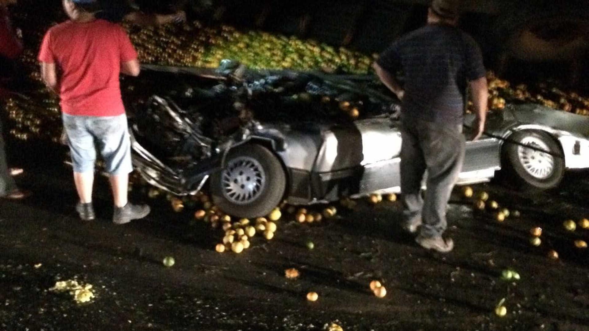 Família de cantora morre após ter carro esmagado por carga de laranja