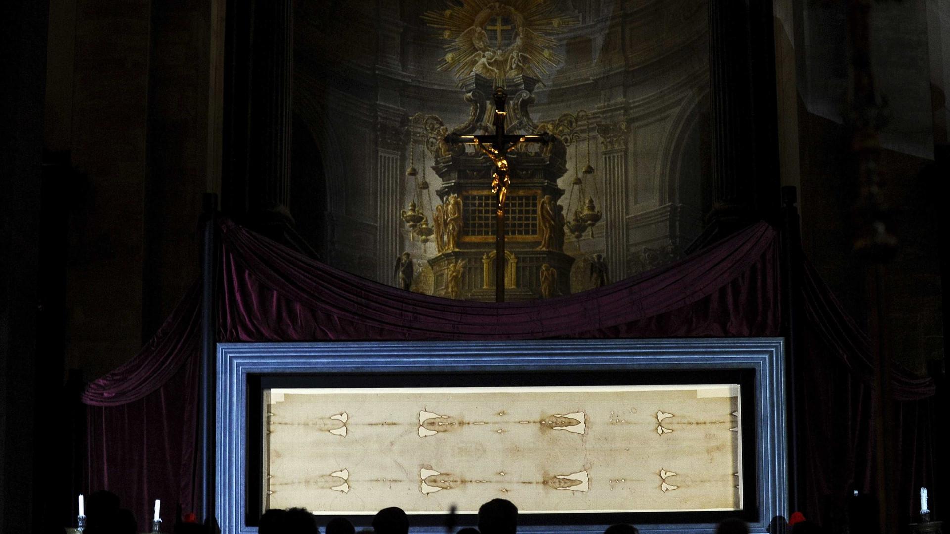 Igreja exibe Santo Sudário para milhares de peregrinos
