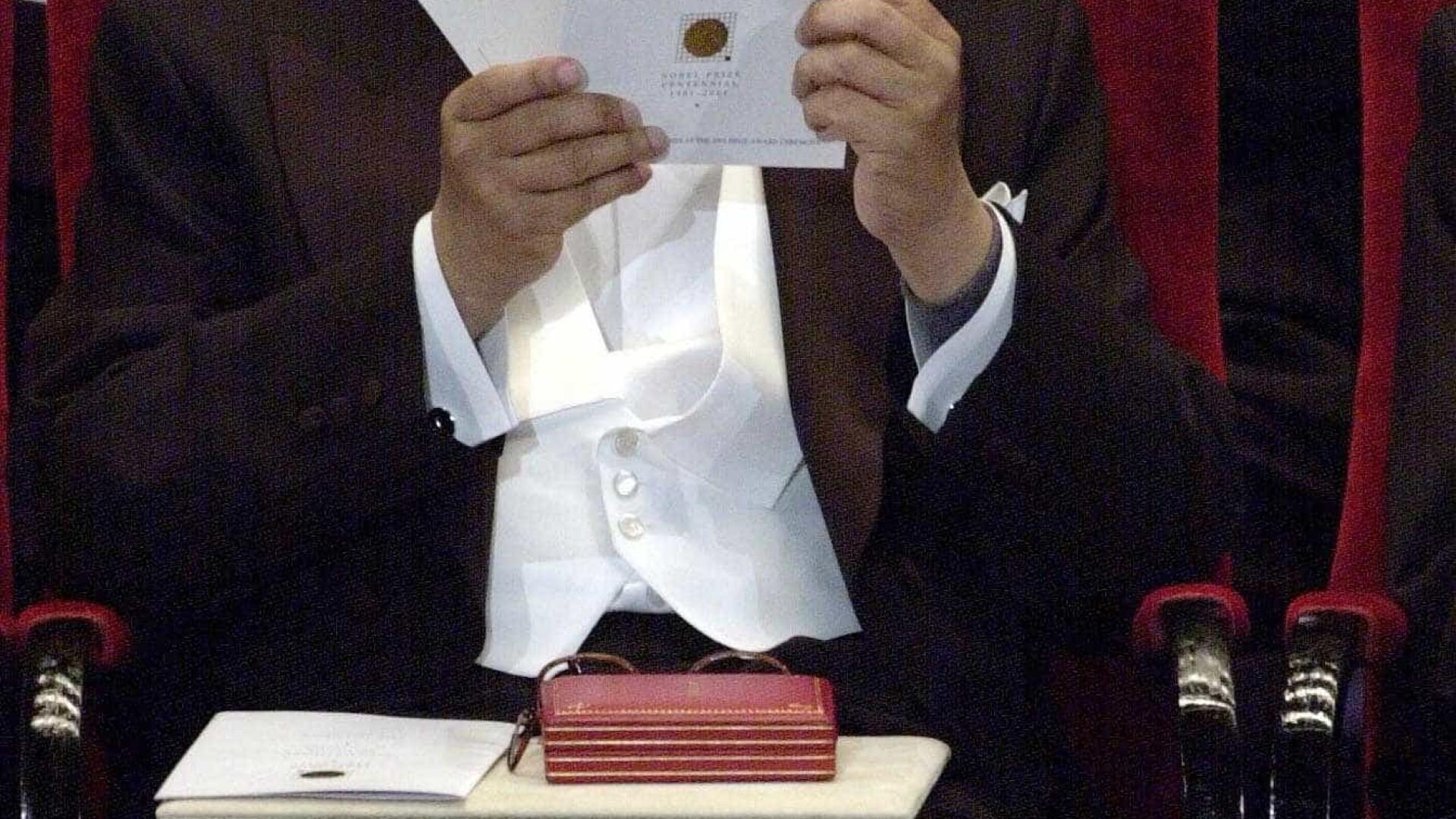 Morre o romancista V. S. Naipaul, vencedor do Nobel, aos 85