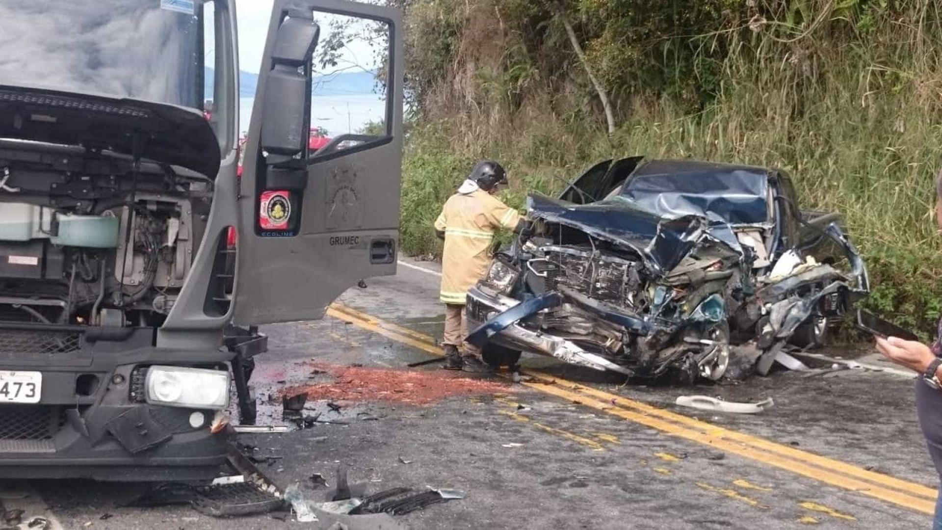 Acidente com caminhão da Marinha deixa feridos na BR-101, em Angra