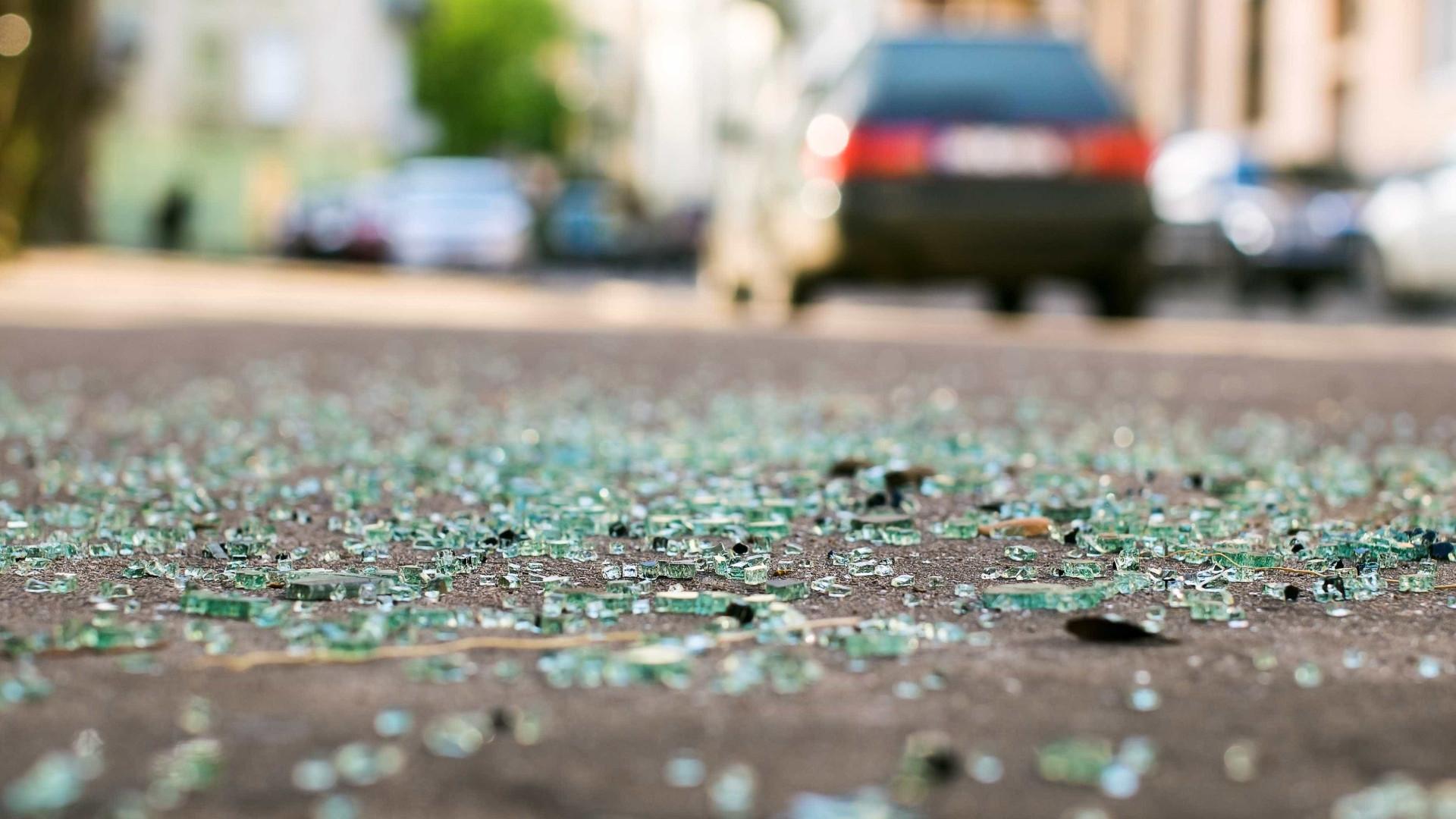 Motorista atropela cinco pessoas e foge sem prestar socorro no RJ
