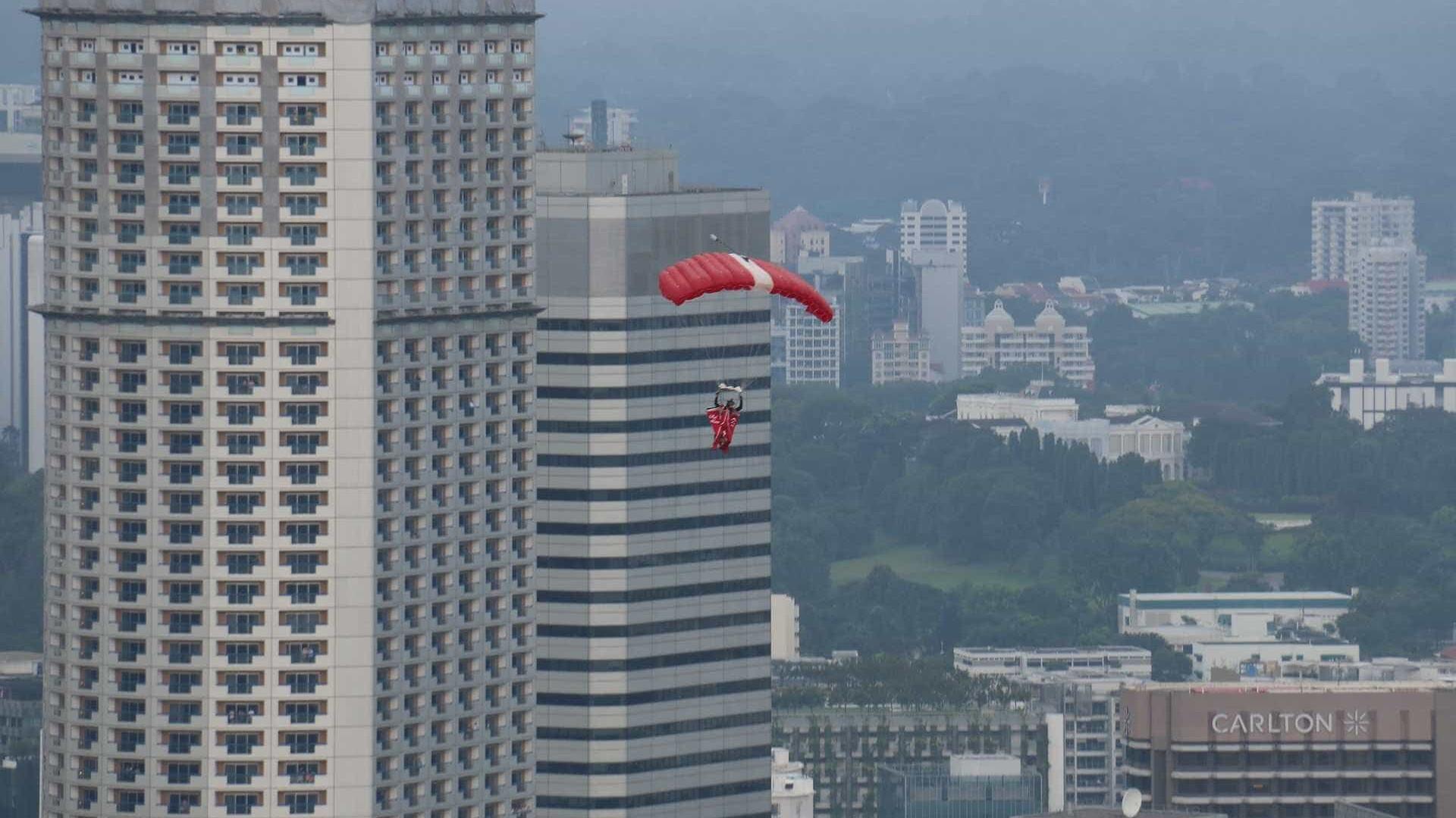 Paraquedista morre após cair em rodovia e ser atingido por carreta