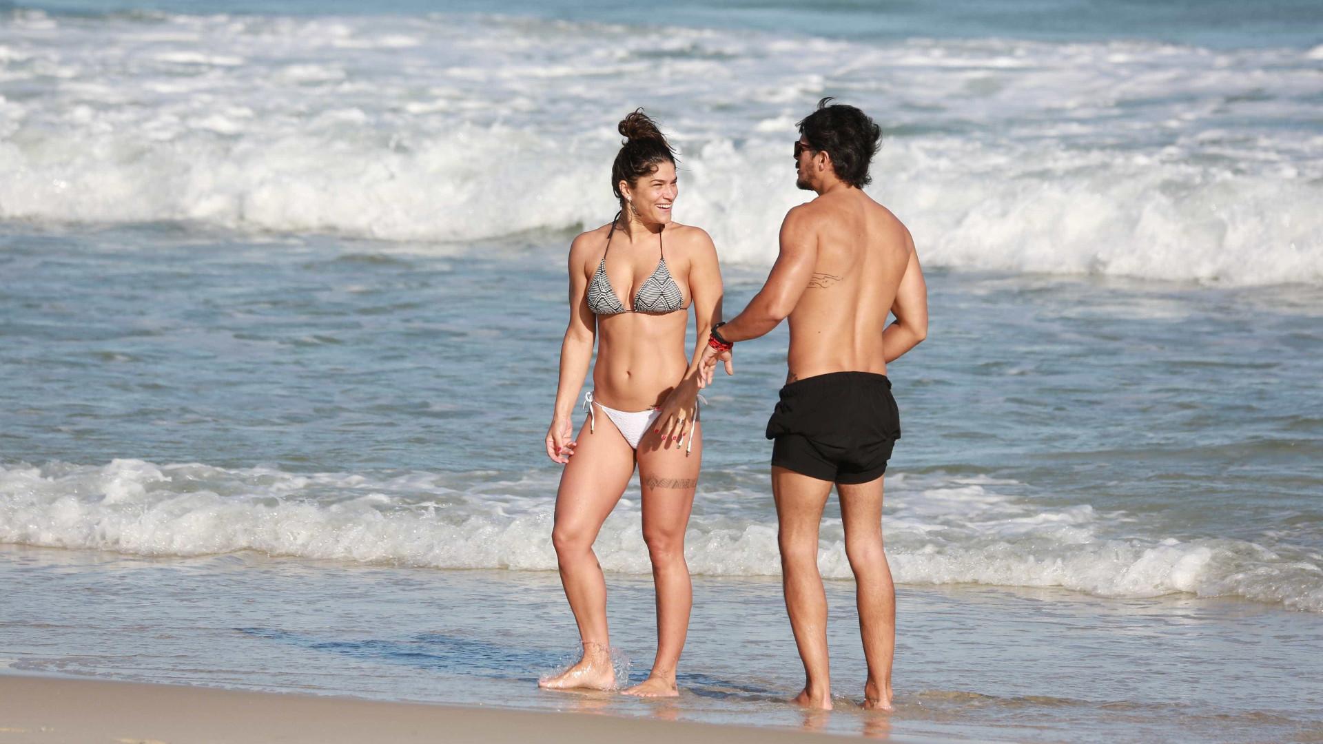 Em clima quente, Priscila Fantin curte praia com namorado; fotos