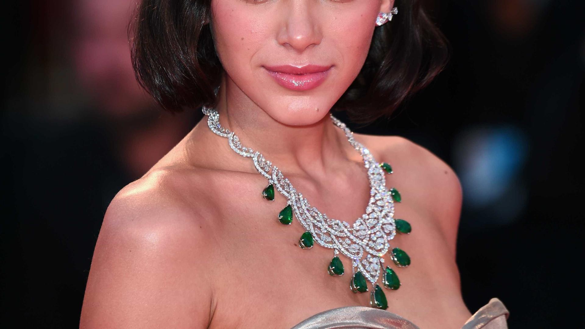 Bruna Marquezine surge de topless em cartaz de filme: 'Delírio visual'