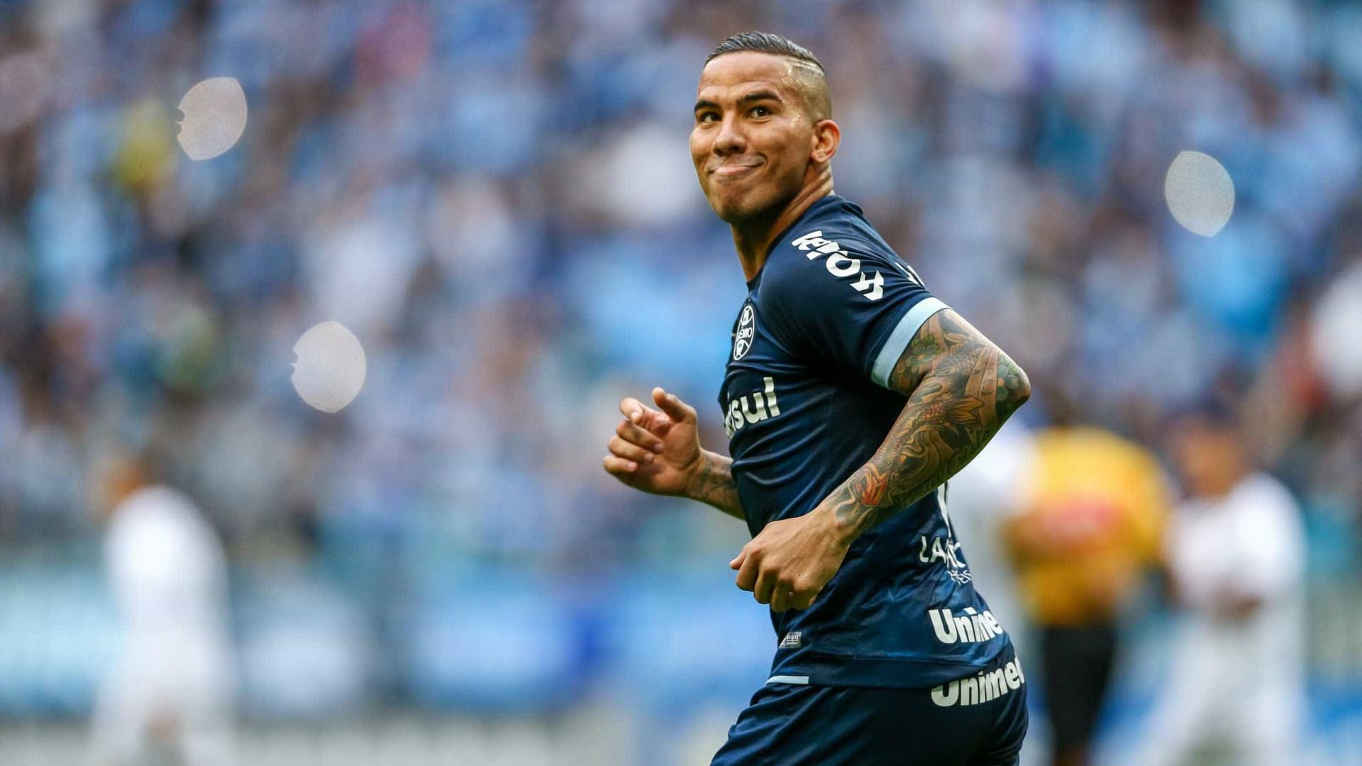 Jael passa por cirurgia no joelho e deve desfalcar o Grêmio por 35 dias