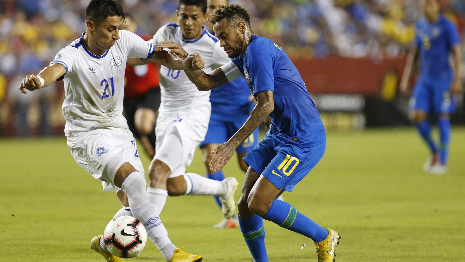 Neymar ataca juiz por cartão em amistoso: 'Falta de respeito'