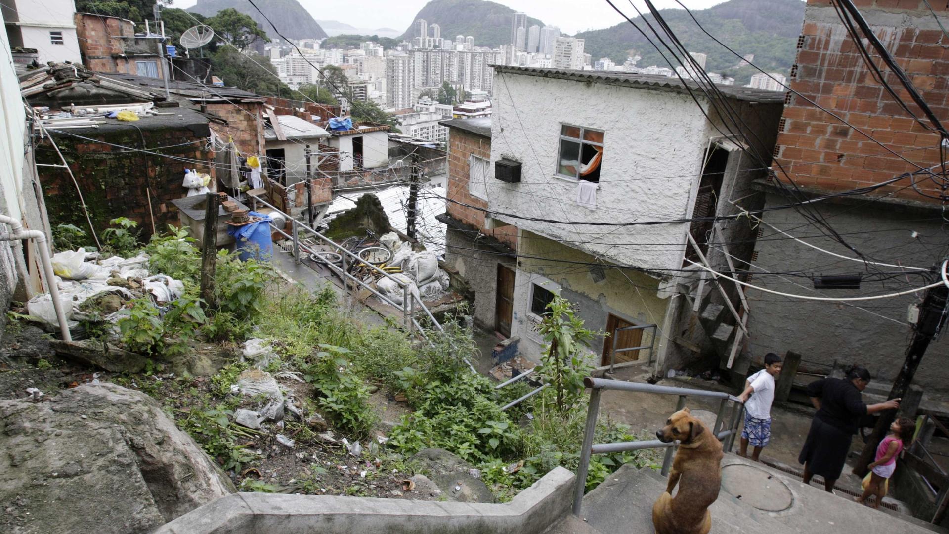 Mulher é vítima de bala perdida dentro de casa no Rio