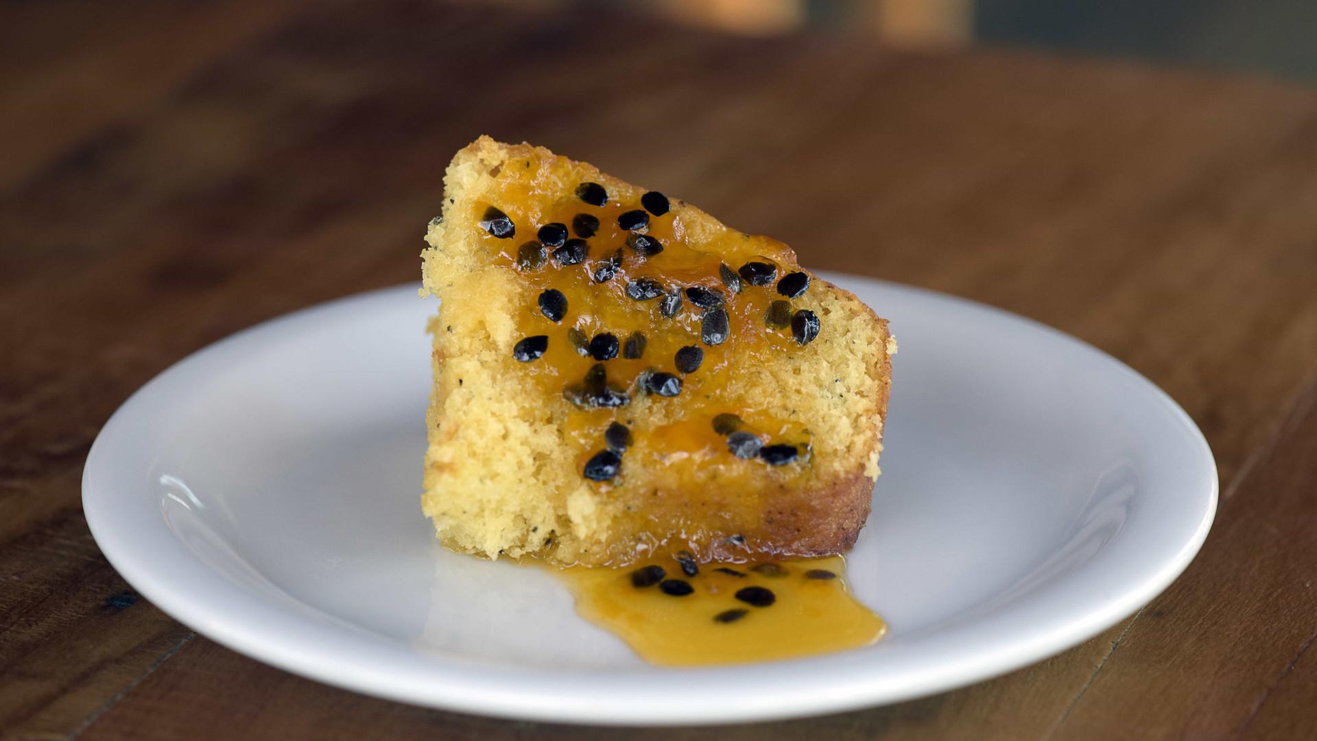Aprenda receita de bolo de maracujá para receber as visitas em casa