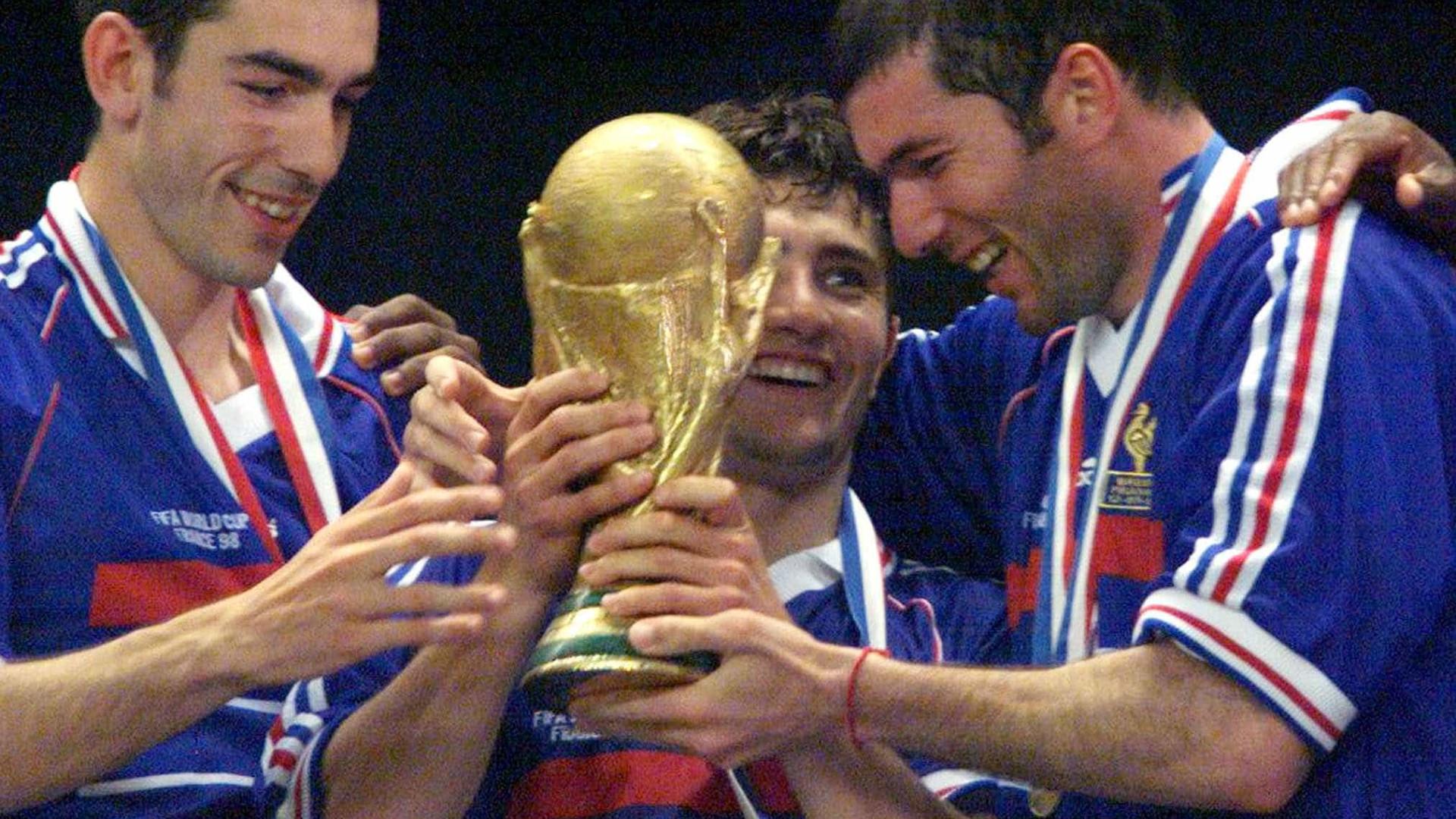 Suspeita de fraude adia leilão de camisa usada por Zidane na Copa de 98