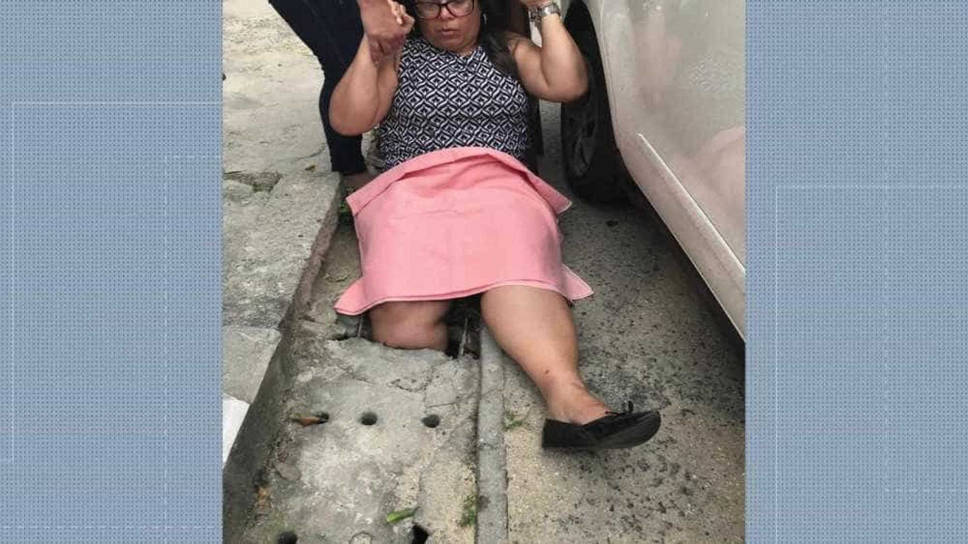 Mulher cai em bueiro e espera 1 hora por socorro no Rio