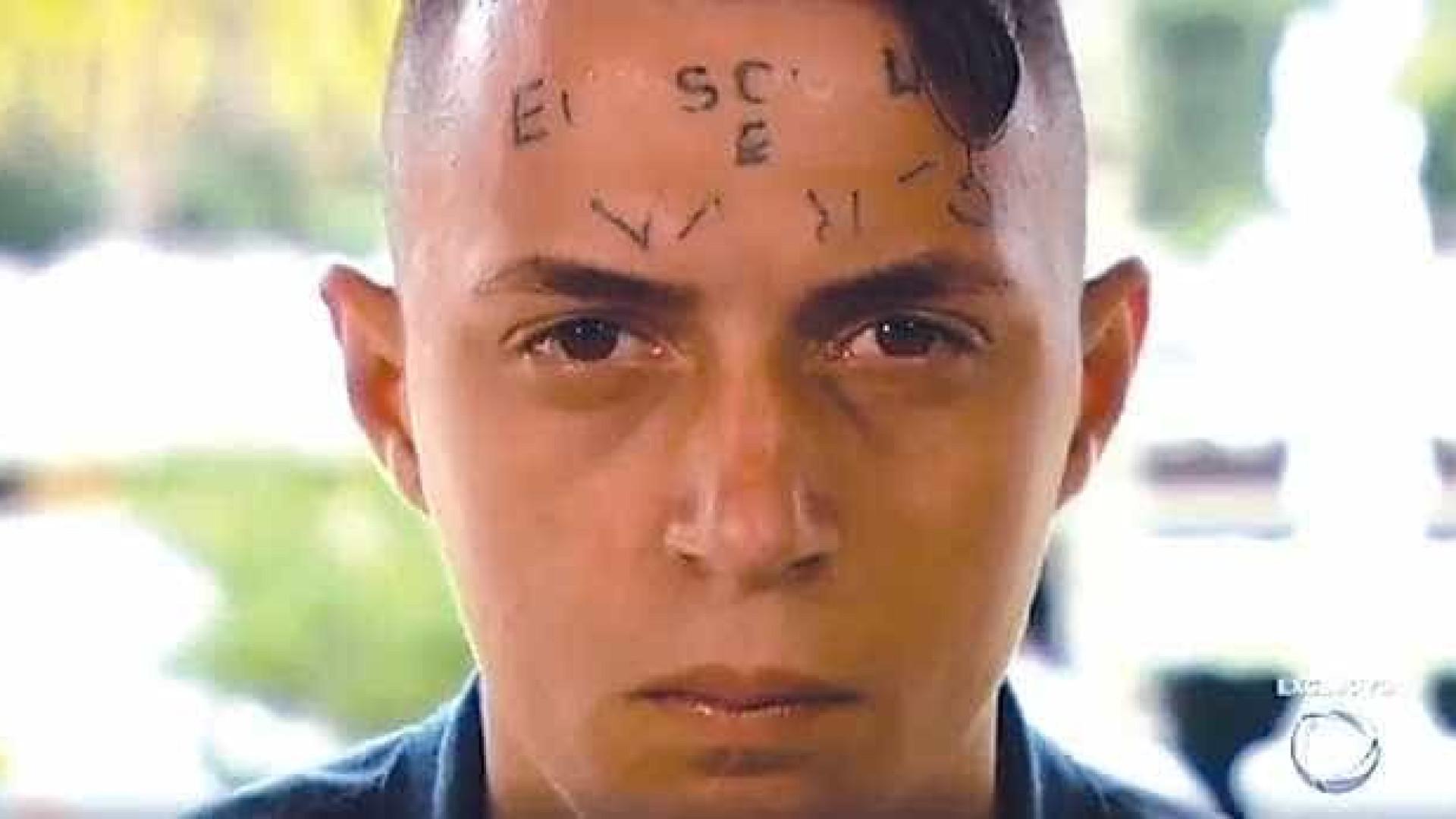 Jovem tatuado na testa deixa clínica em SP após 16 meses internado