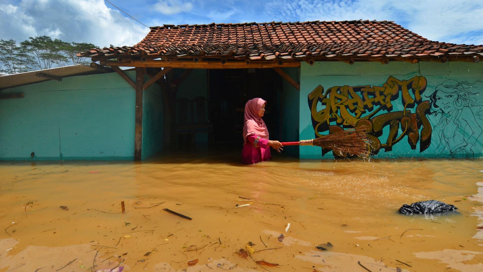 Fortes chuvas inundam escola e matam ao menos 11 crianças na Indonésia