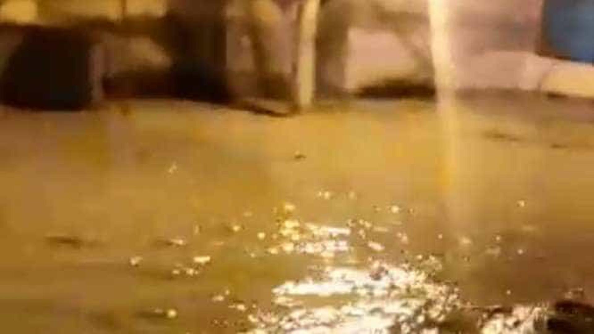 Ruas se transformam em rios após tubulação romper em Nova Iguaçu, no RJ