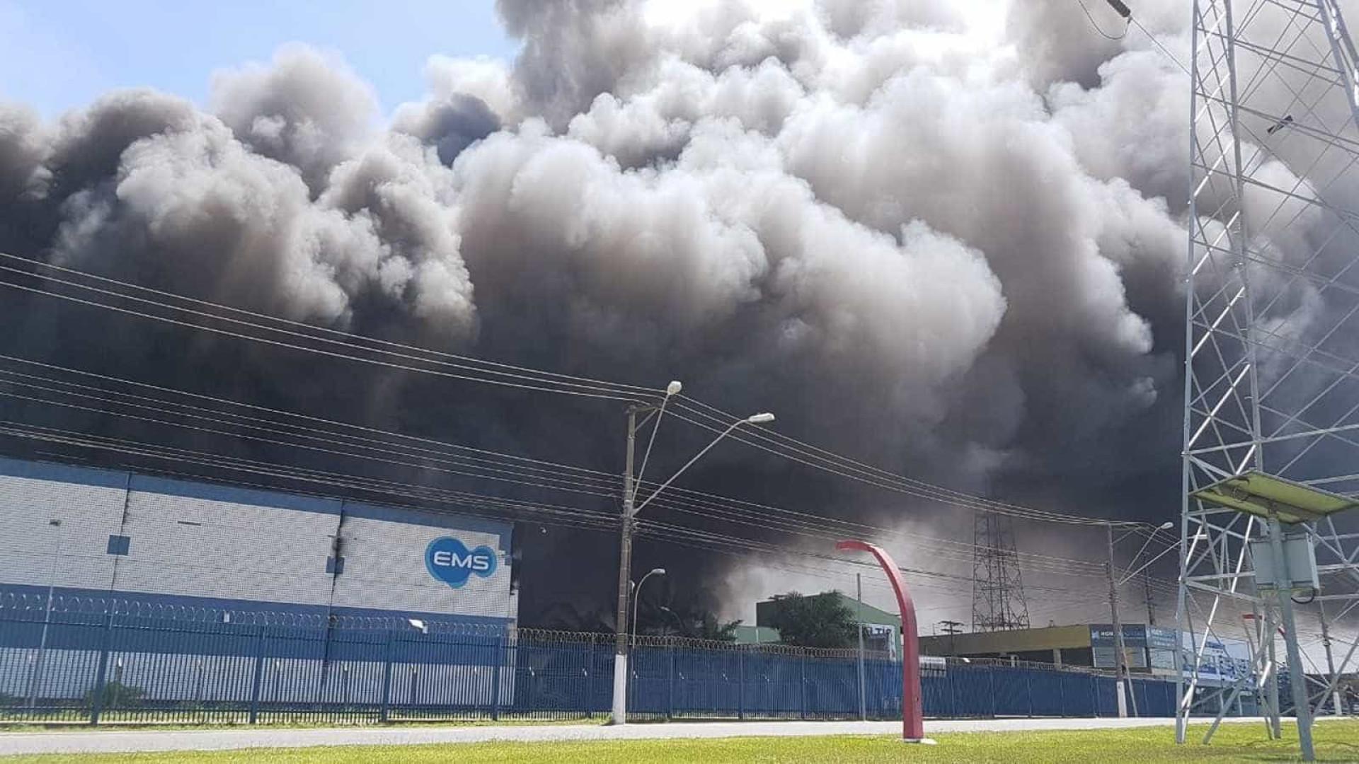 Incêndio atinge indústria de remédios no interior de SP