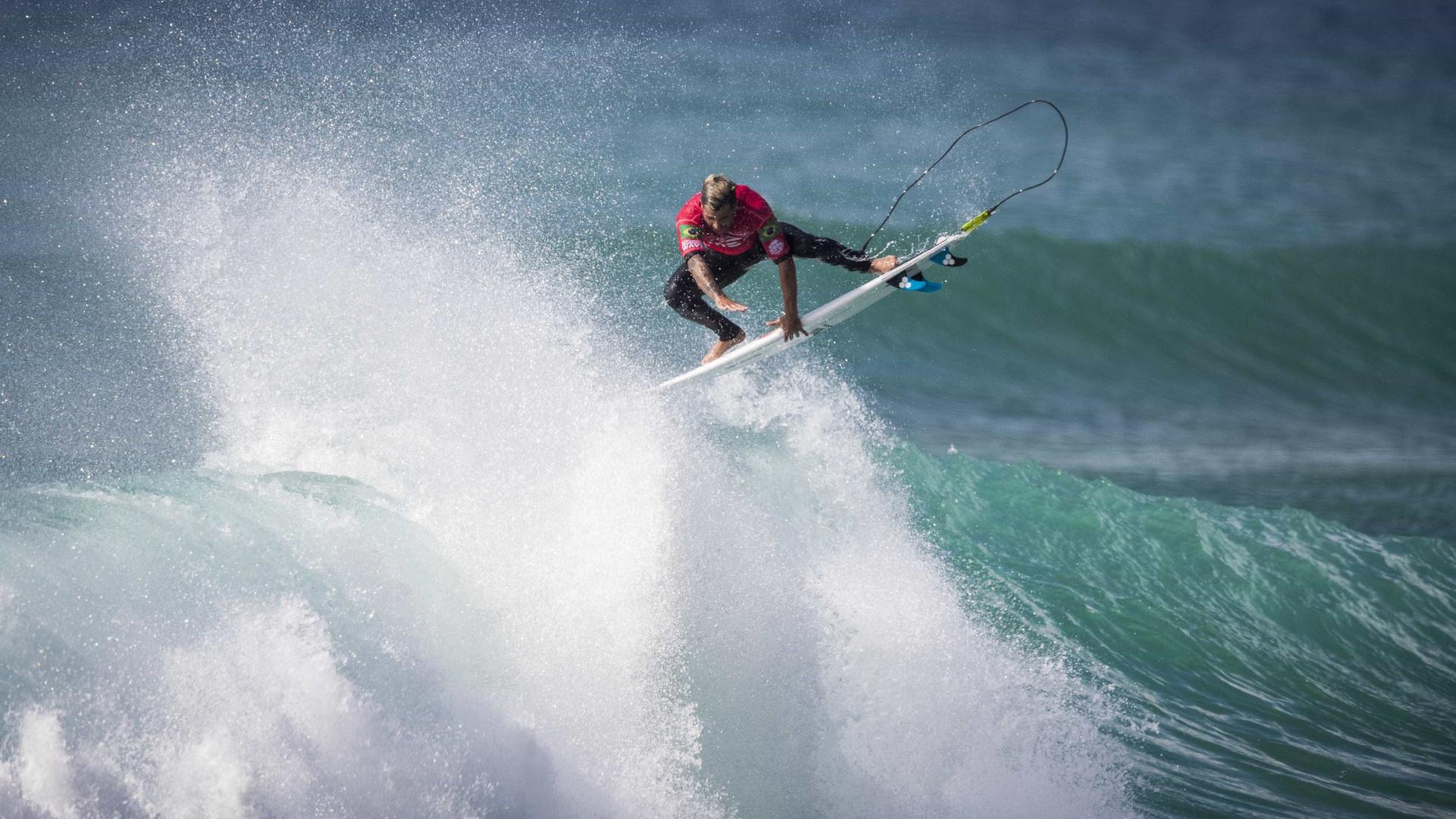 Ítalo vence etapa lusa do Mundial de Surfe e adia definição do título