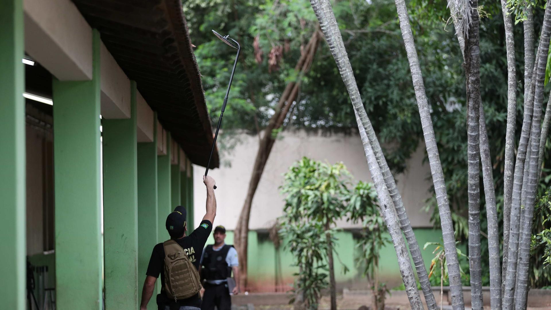 Policiais fazem varredura no local de votação de Jair Bolsonaro