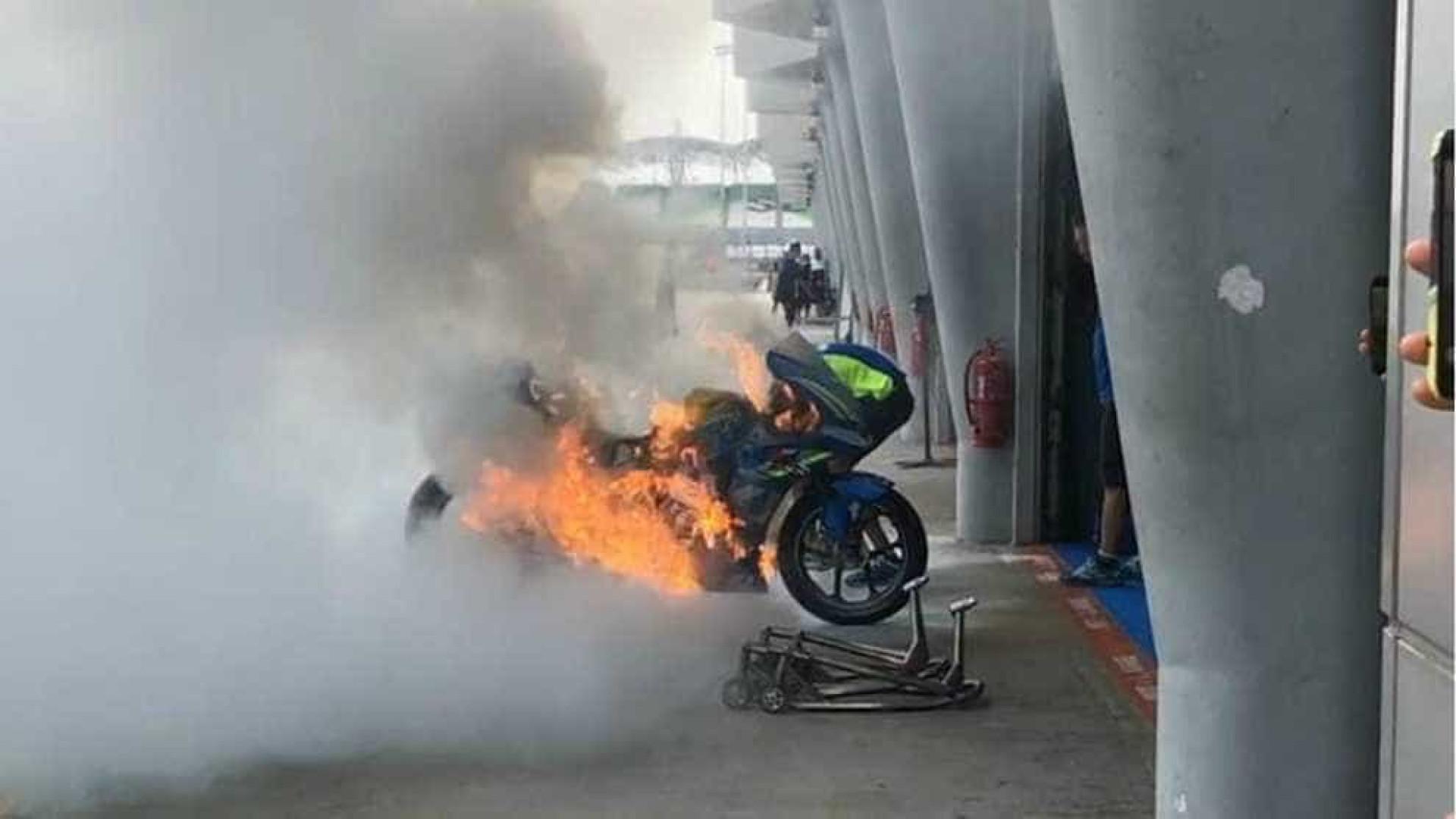 Moto de piloto espanhol pega fogo em Circuito na Malásia