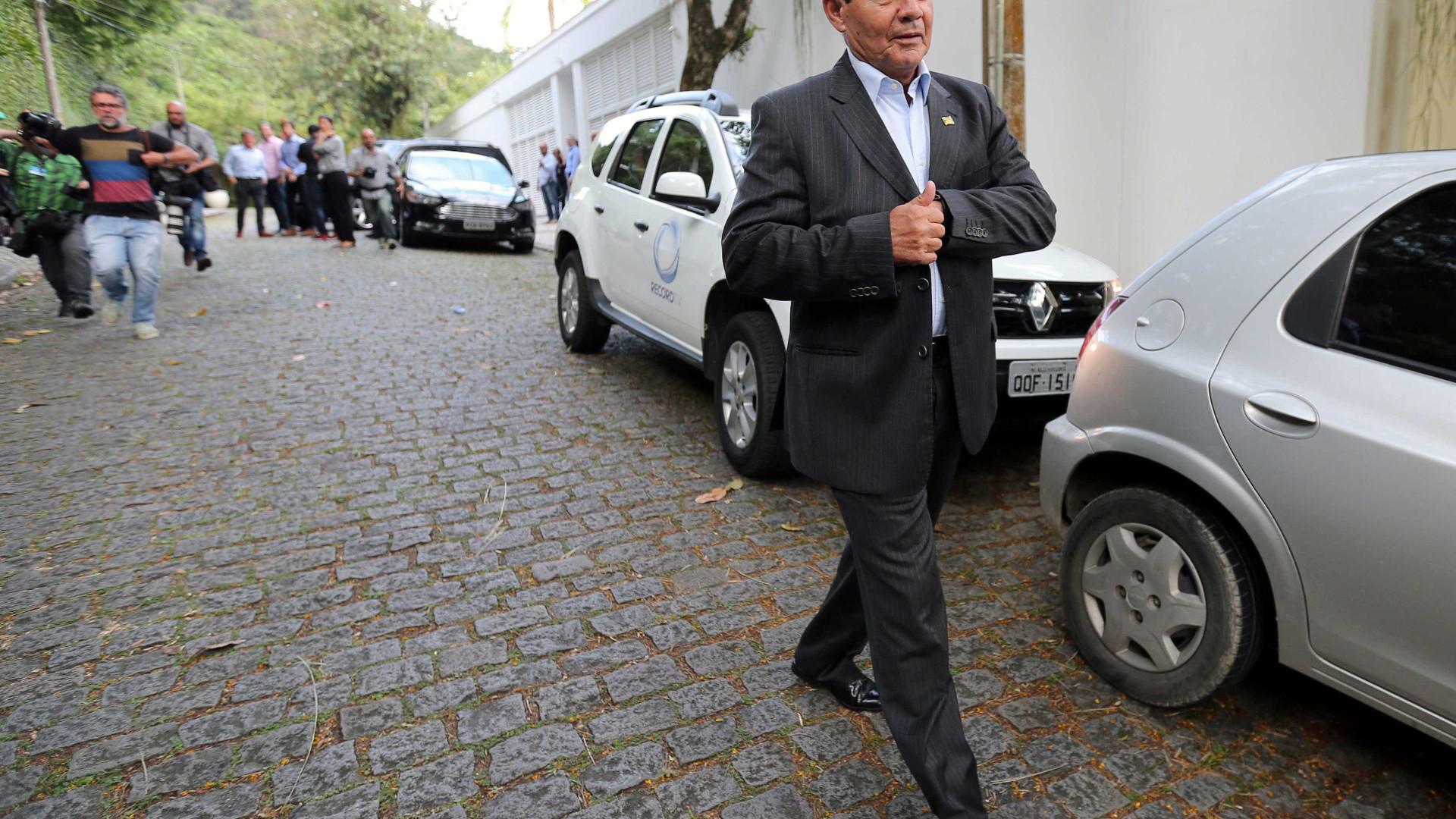 Vice de Bolsonaro viajou em avião de empresário e não declarou ao TSE