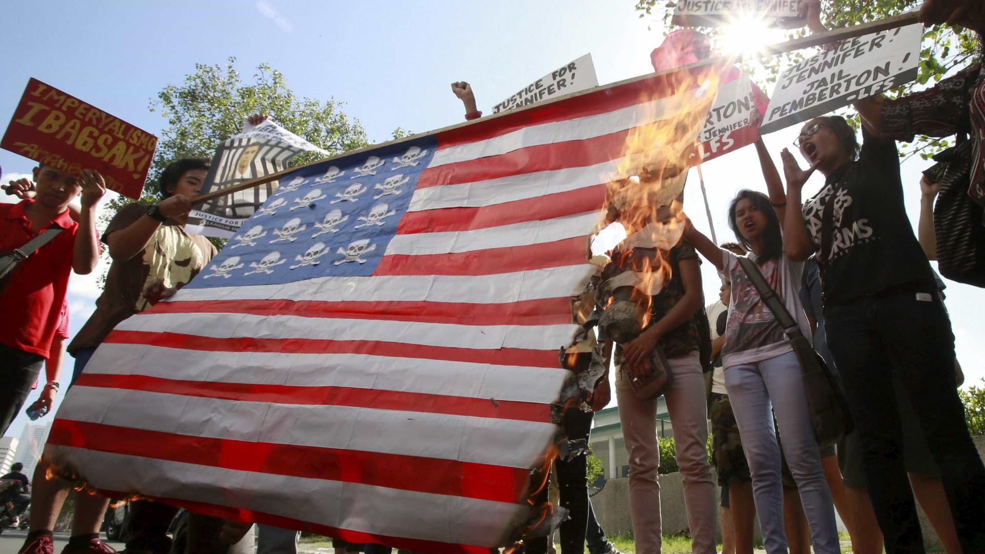 Iranianos queimam bandeiras dos EUA na véspera de sanções