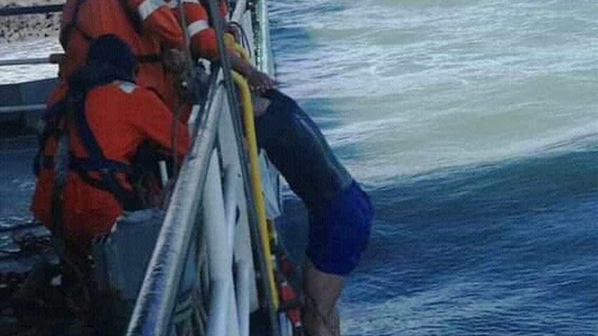Surfista é arrastado por correnteza em alto mar e sobrevive