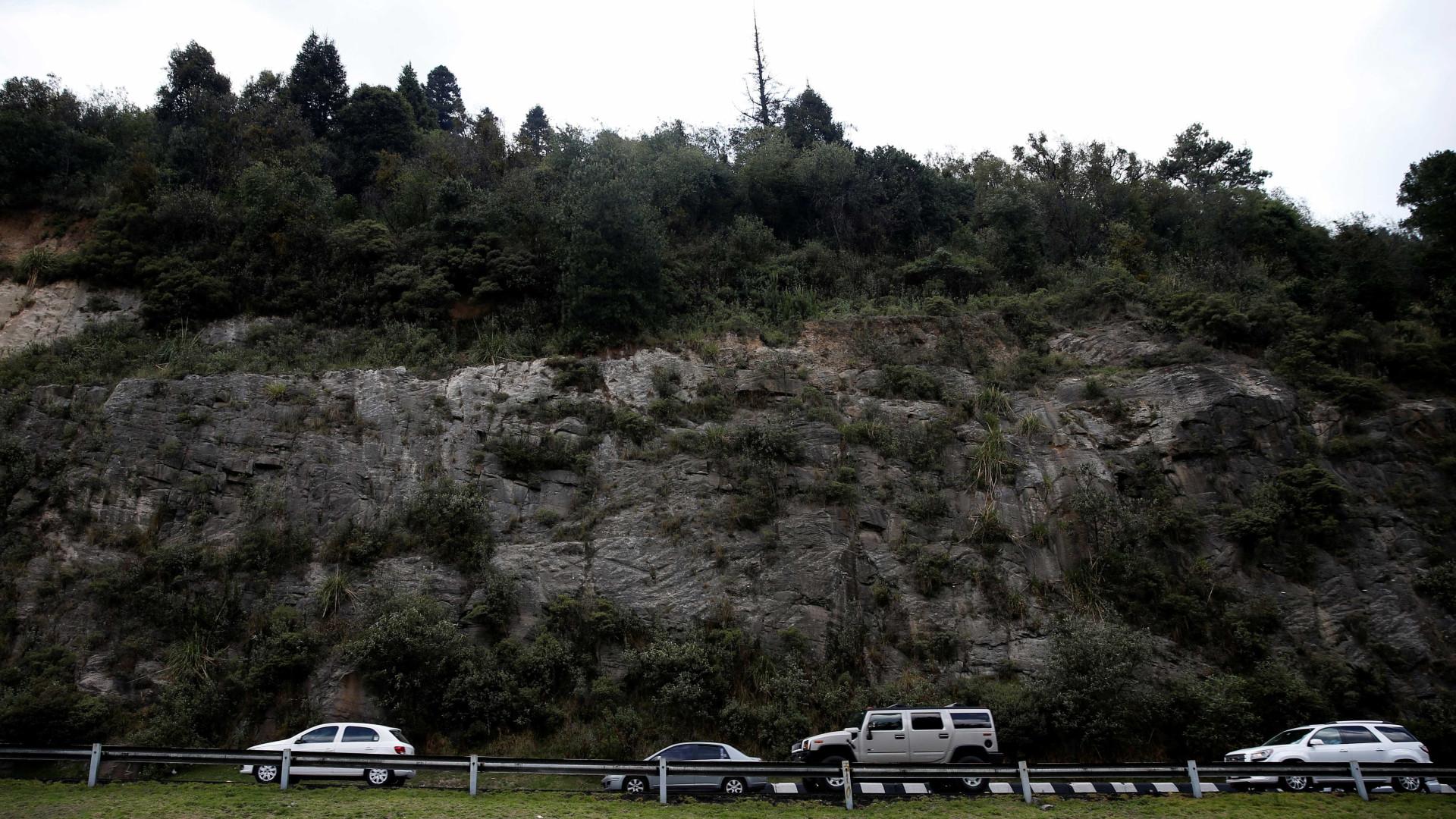 Trailer passa por cima de veículos e deixa oito mortos no México
