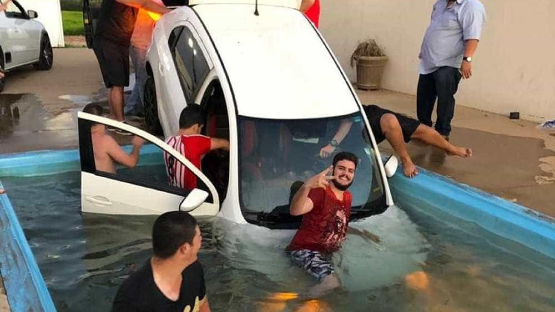 Carro cai em piscina durante festa e 'resgate' viraliza