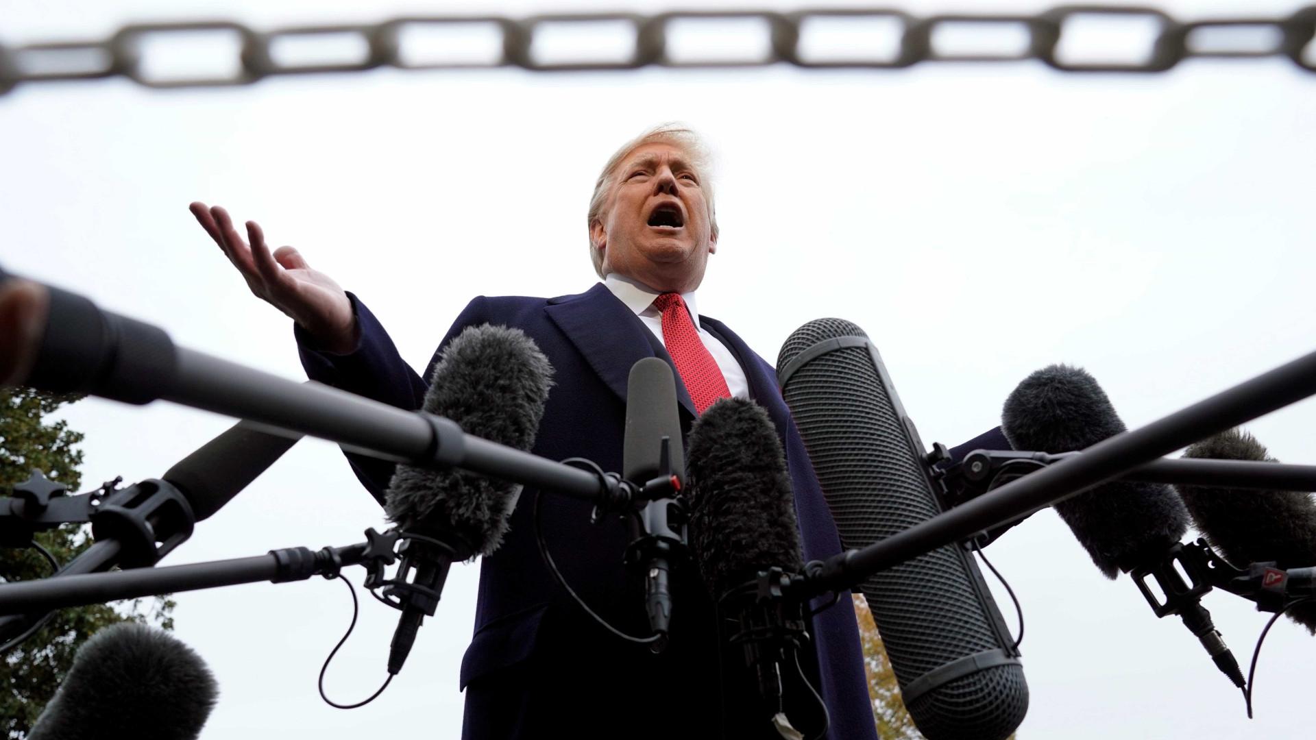 Trump exige 'respeito' e ameaça retirar credenciais de mais jornalistas
