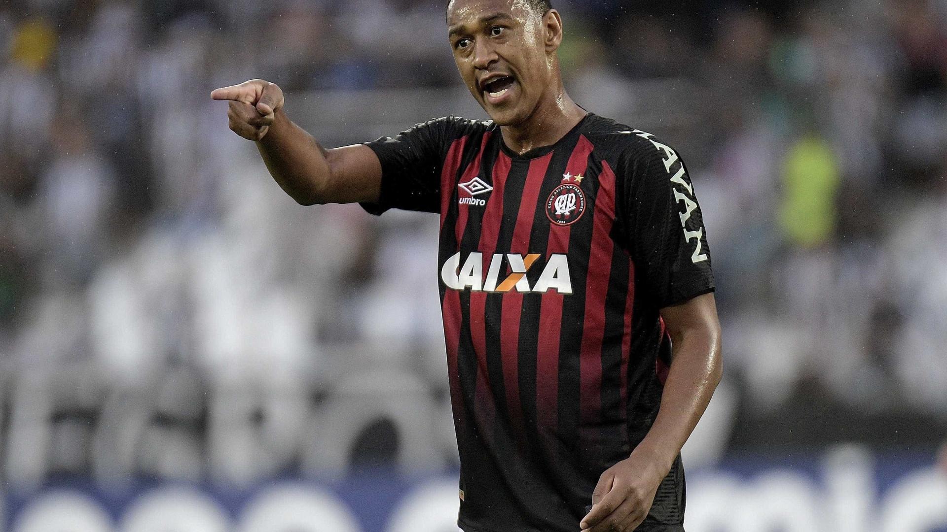 Atlético-PR vence Cruzeiro e entra no G-6 do Brasileirão