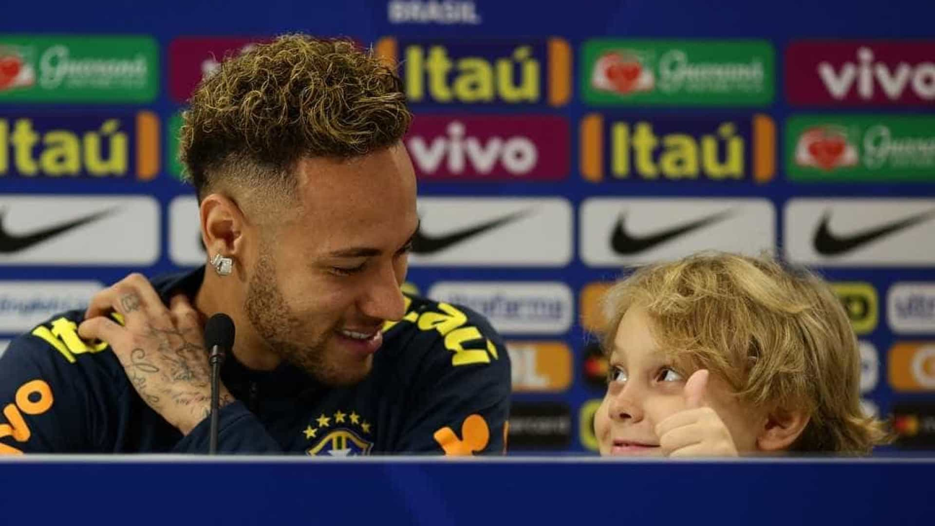Ao lado do filho, Neymar fala de 'fake news' e pede cautela