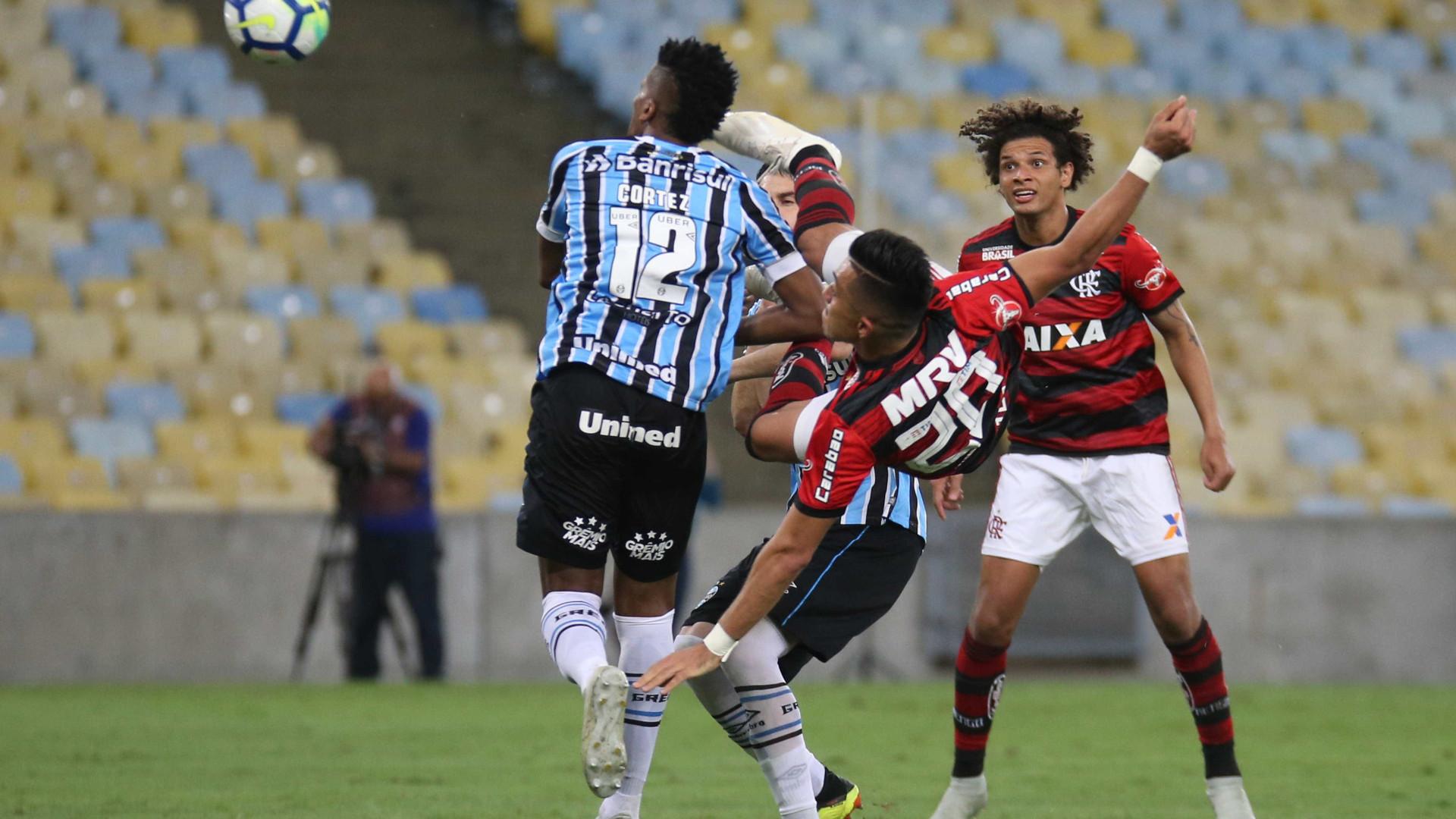 Flamengo vence Grêmio e mantém disputa de título com Palmeiras