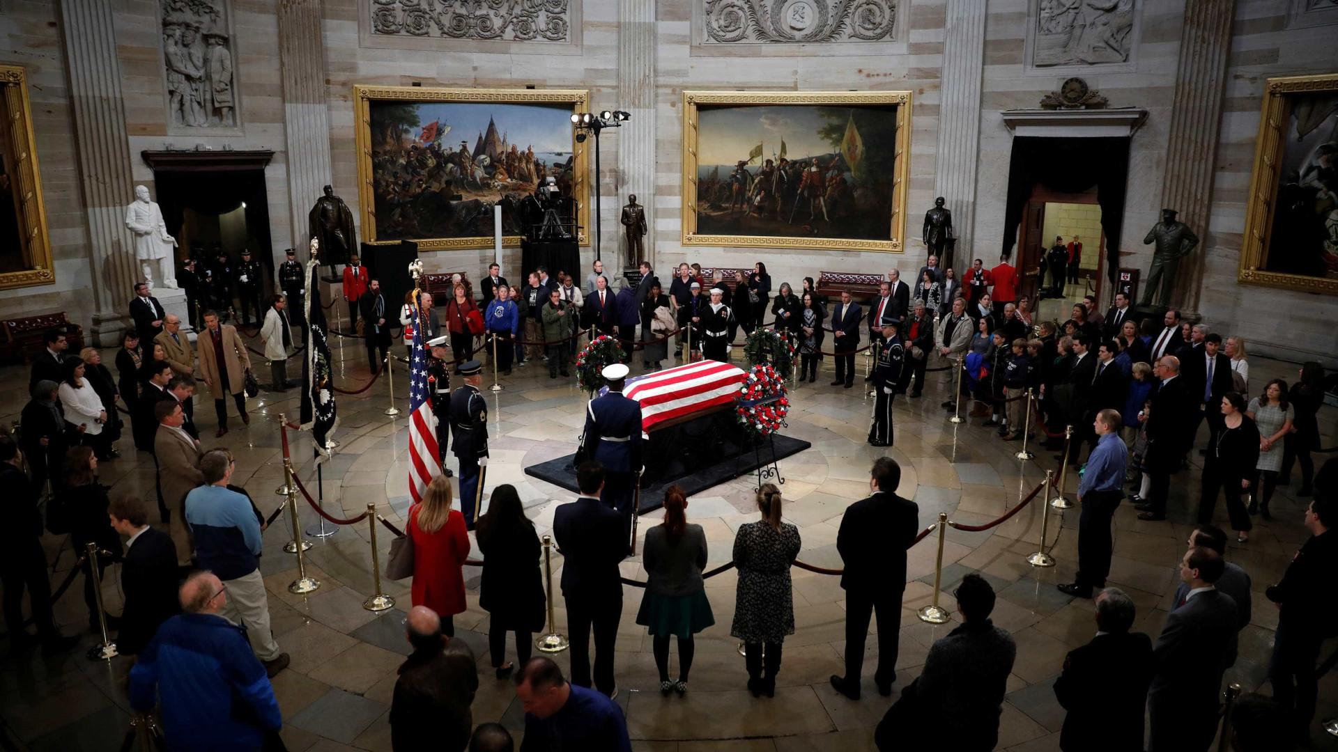 Corpo de George H. W. Bush é velado em Washington