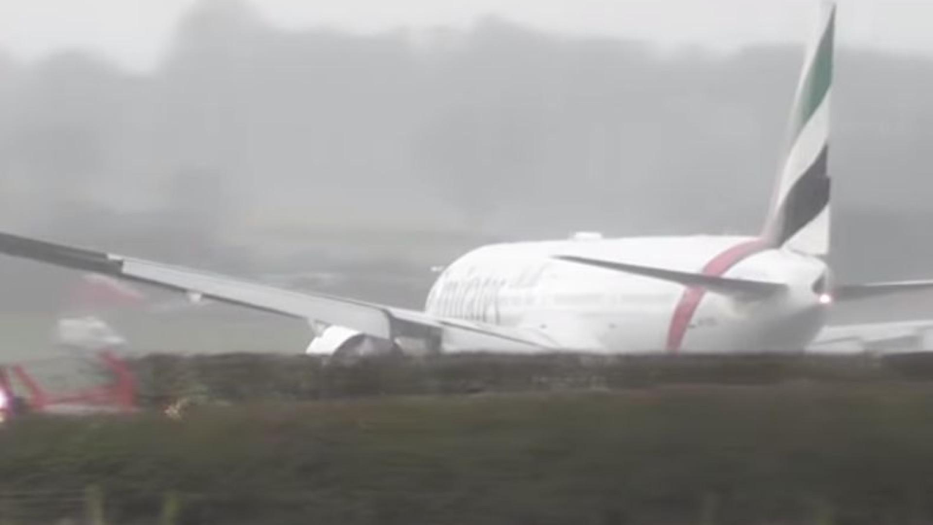 Vídeo mostra avião sacudido por fortes ventos ao tentar pousar