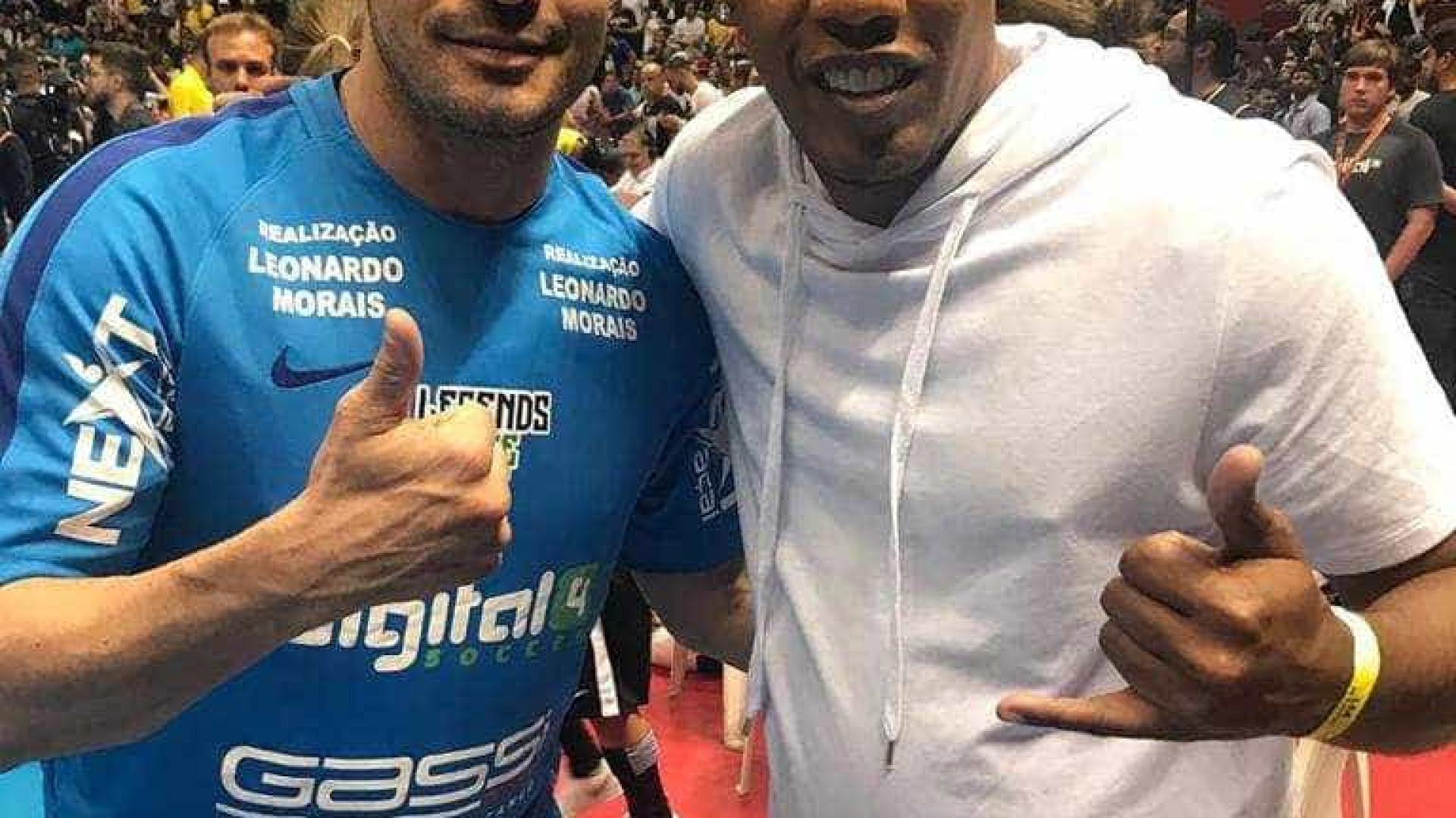 Ronaldinho usa sósia para 'driblar' torcida e Justiça em evento em SP
