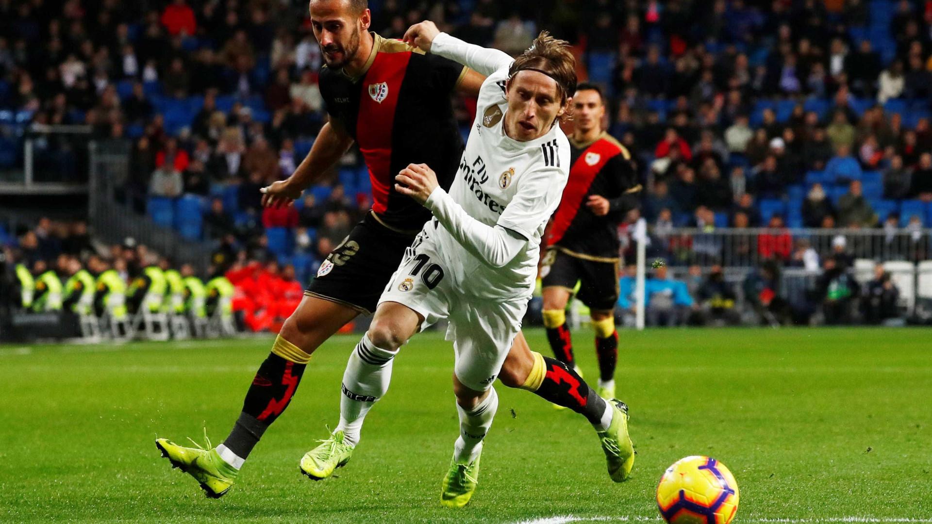 Real Madrid sofre, mas vence time de pior defesa no Espanhol