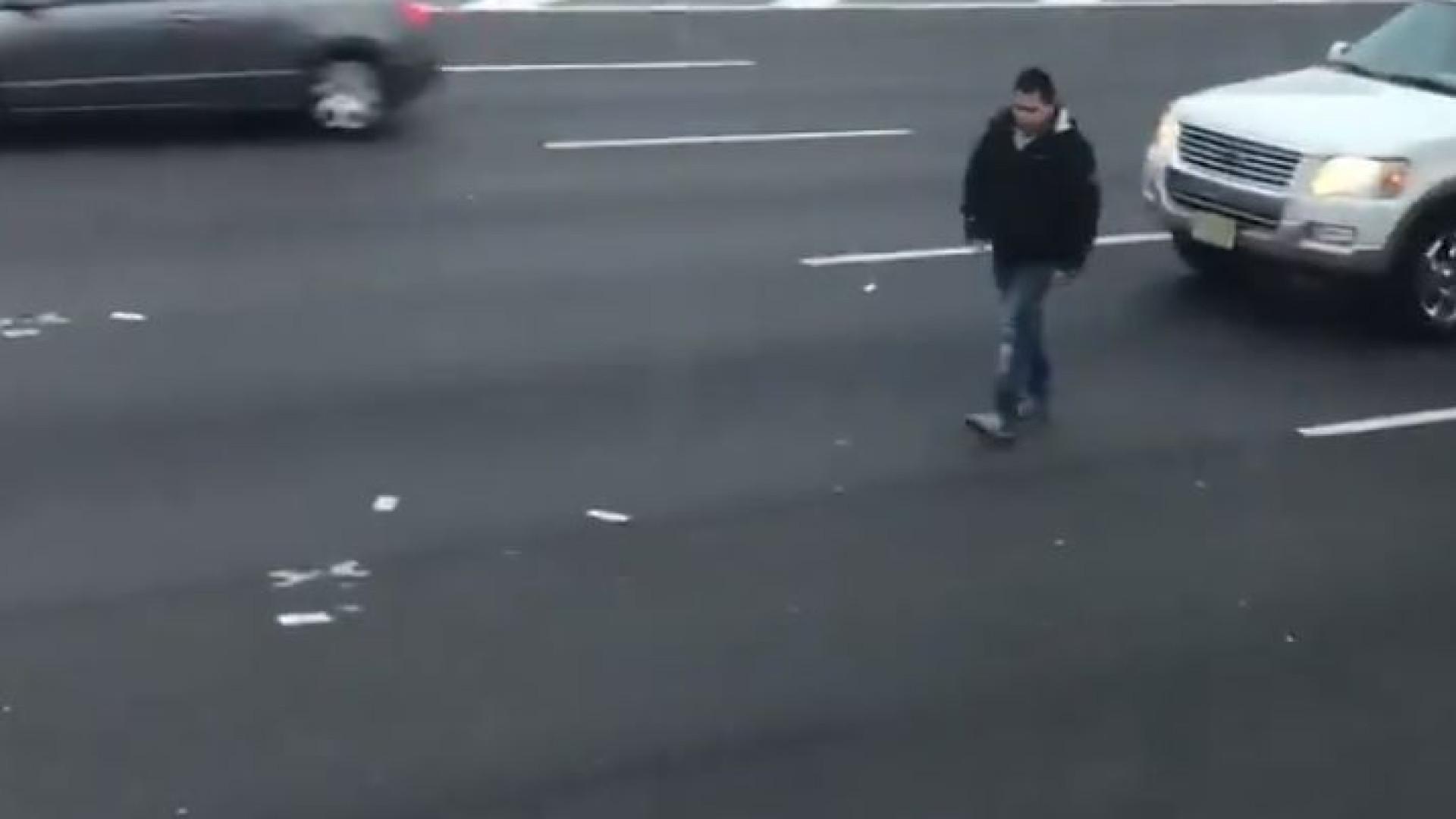 Acidente causa 'chuva de dinheiro' em rodovia dos EUA