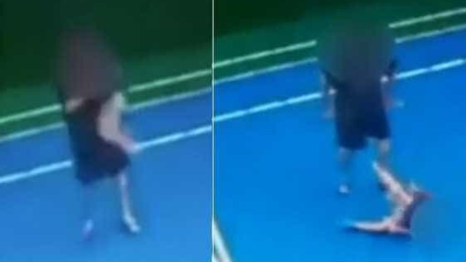 Homem joga no chão criança que teria feito seu filho de 'bobinho'