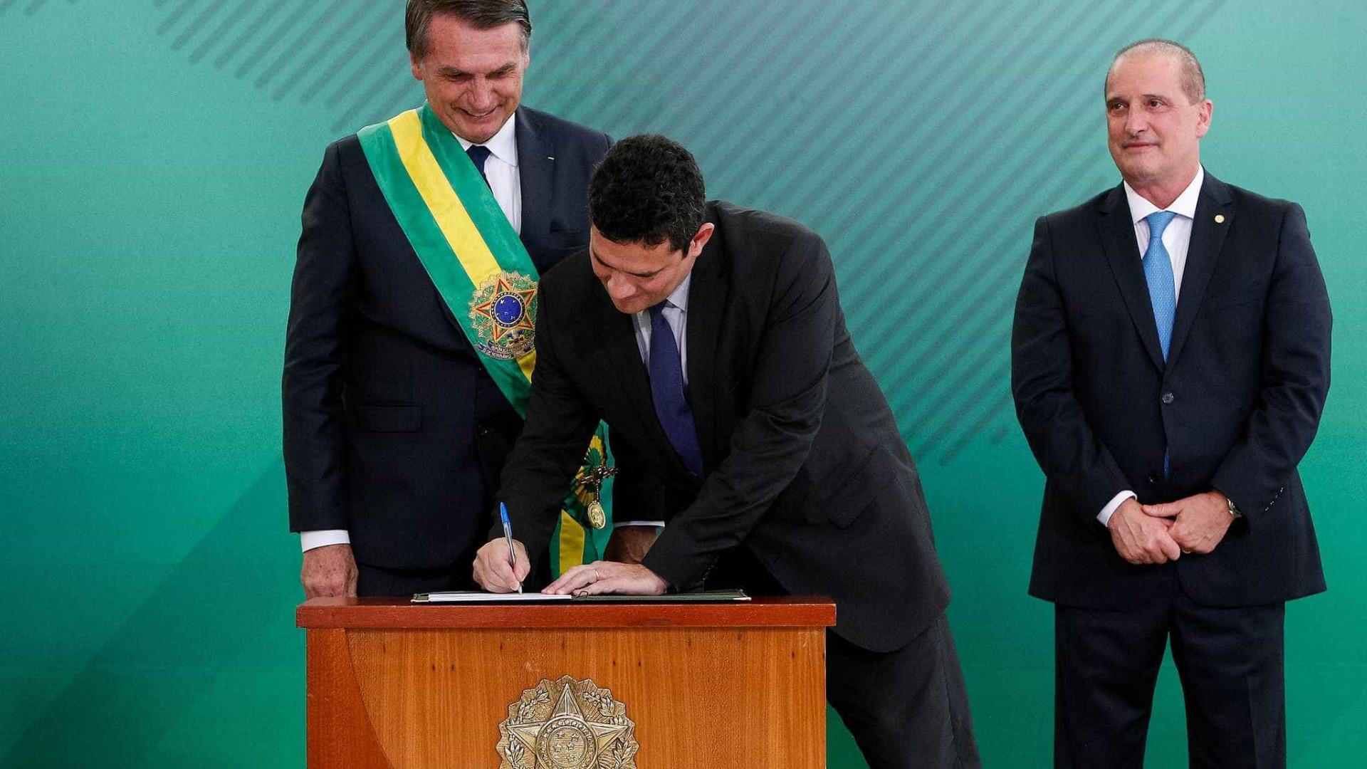 Com caneta Bic, Moro assina termo de posse na Justiça e anuncia medidas