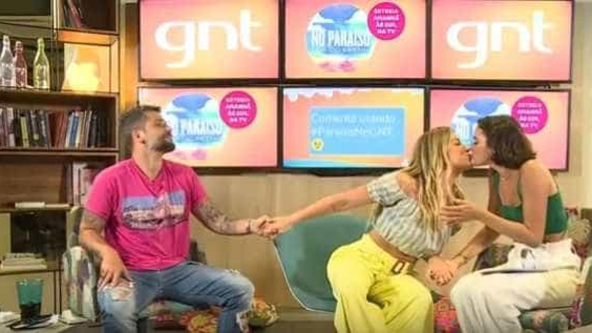 Ewbank e Marquezine dão selinho em live e zoam Gagliasso: 'Tiozão'