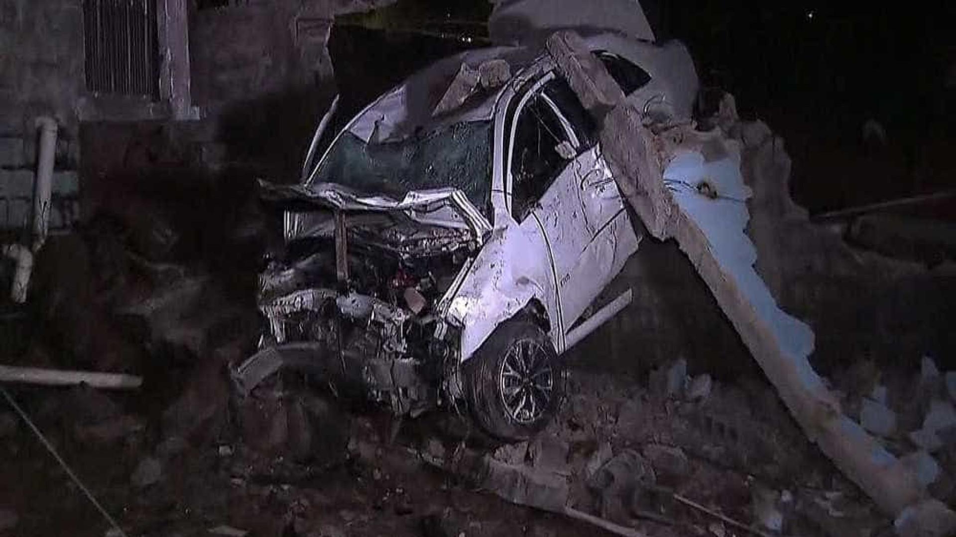 Taxista morre após atropelar homem e bater em muro na zona leste de SP