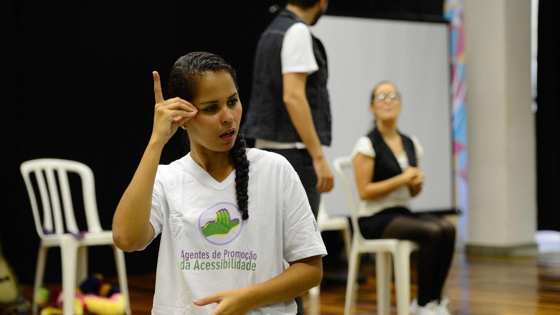 Língua de Libras tem gargalo de escolas e professores